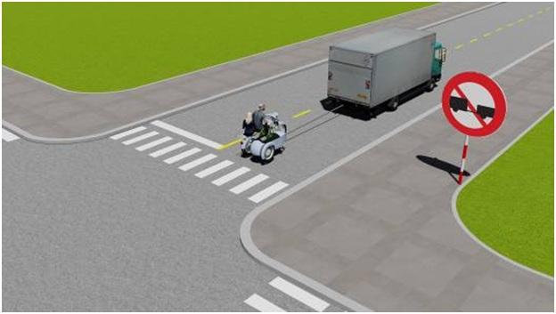 Câu hỏi 76: Xe tải kéo mô tô ba bánh như hình này có đúng quy tắc giao thông không?